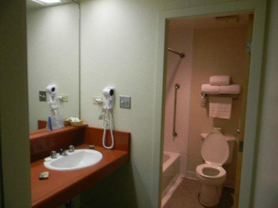 أسيلموار كونفرنس جراوندز:                                                       1036 Willow Motel 6 type bathroom        