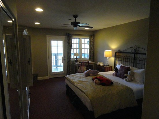 Cambria Pines Lodge:                   Bedroom