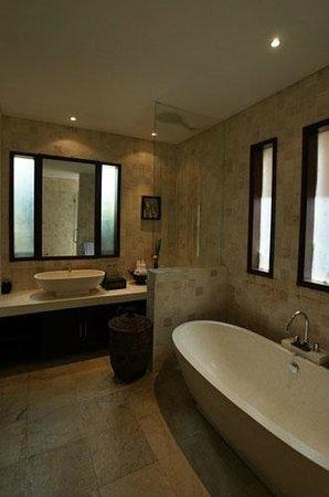 Tepi Laut Villa: Villa Bathroom