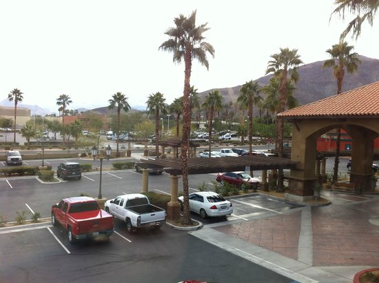 Holiday Inn Express Hotel & Suites Rancho Mirage - Palm Spgs Area:                   パーキングの向こうにはThe Riverがみえる