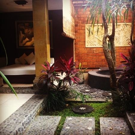Bebek Tepi Sawah Villas & Spa:                   The outdoor spa and bed in the Peliatan suite