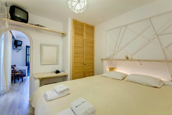 Rania Apartments: BEDROOM WITH KING SIZE BED