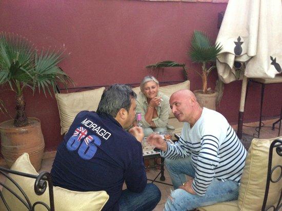 Riad d'Airain Marrakech:                   Apéro avec Fred, Laurence et Pascal sur la terrasse