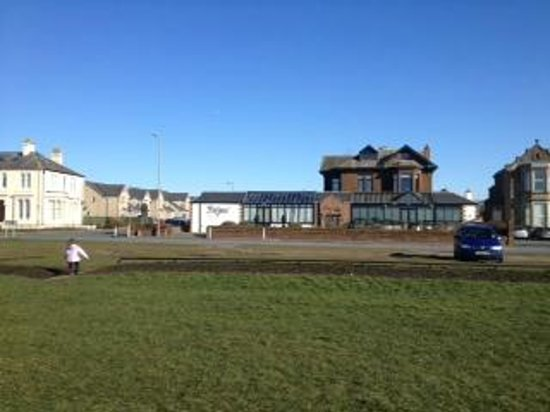 Lauriston Hotel :                   View of Hotel from Beach