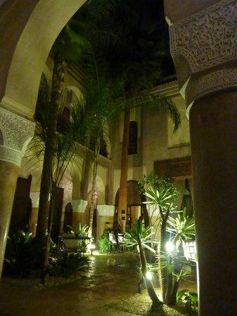 La Villa Nomade:                   Vue du patio, le soir.