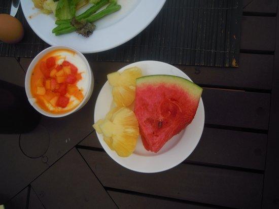 Weekender Resort & Hotel: Фрукты на завтрак.