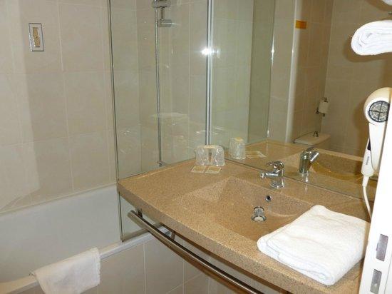 Ptit Dej-hotel Chartres : Salle de bains