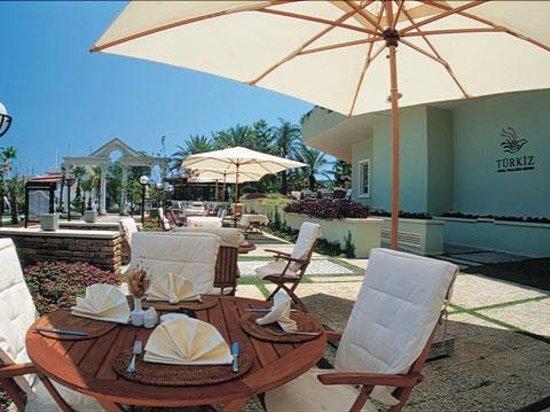 Turkiz Apart Hotel : около бассейна можно заказать напитки и кофе