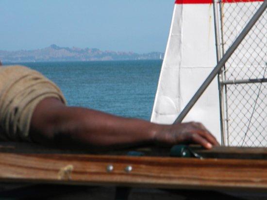 Fisherman's Wharf: Hombre descansando al sol.