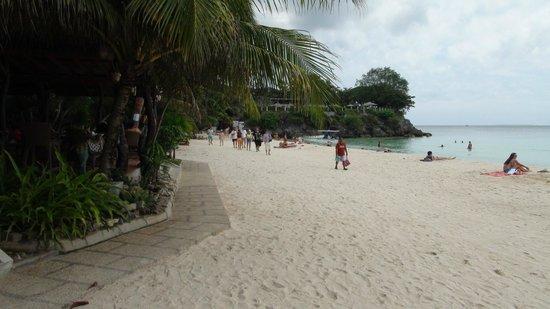 ألونا تروبيكال بيتش ريزورت: Пляж перед отелем