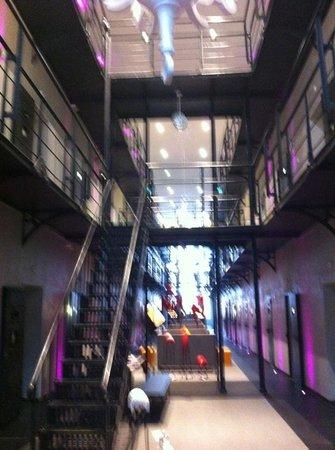 Het Arresthuis : Het hotelgedeelte, alle celblokken behouden met sfeervol lounge gedeelte