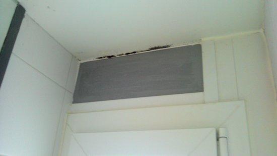 Be Cottage : Présence de moisissure au-dessus de la fenêtre dans la salle de bain