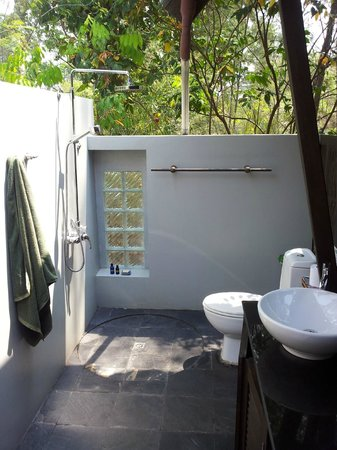 Golden Buddha Beach Resort:                                     The open Bathroom.