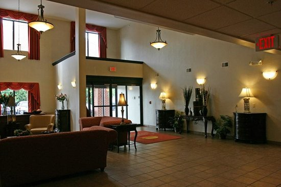 Comfort Inn And Suites: Another view of the lobby.