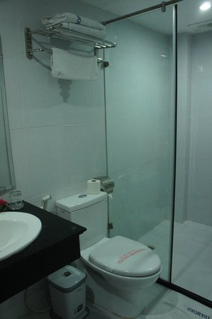 Hanoi Holiday Diamond Hotel:                   clean bathroom