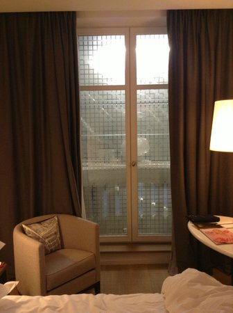Sofitel Paris Arc de Triomphe:                   Scaffolding and Builders right outside the window - Refurb