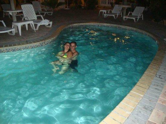 Aruba Tropic Apartments:                   MI ESPOSA Y YO EN LA NOCHE UN RIKO BAÑO NOCTURNO.