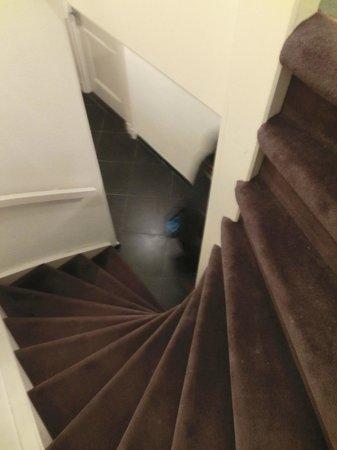 Nova Apartments Amsterdam:                   地下への階段 ※けっこう急角度