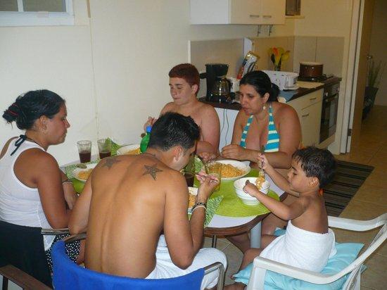 Aruba Tropic Apartments:                   COMIENDO EN EL APARTAMENTO.