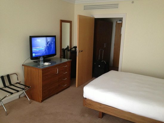 Hilton Dublin Airport Hotel:                   Clean Modern Room at Dublin Airport Hilton