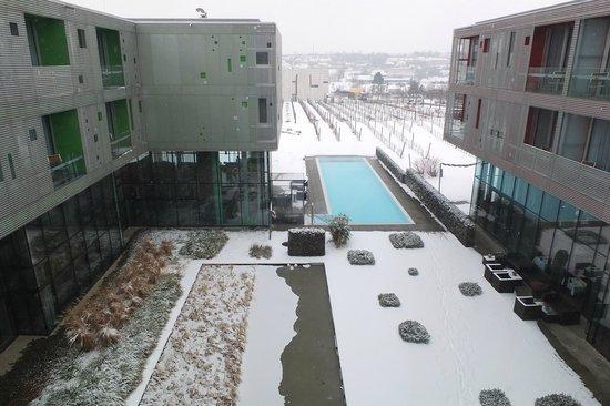 Loisium Wine & Spa Resort Langenlois:                   Aussicht vom Treppenhaus zum Pool
