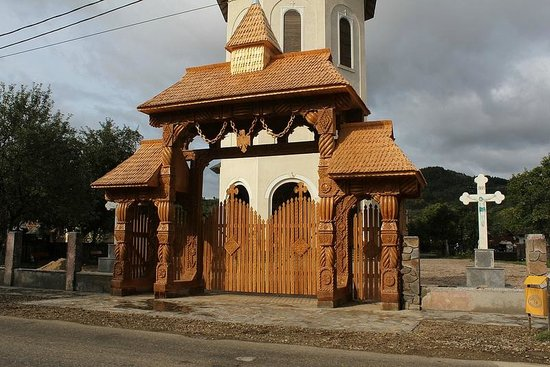 Casa Muntean:                   One of Typical Wooden Gates a few meters from B&B