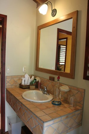 Bosque del Cabo Rainforest Lodge:                   bathroom almendra