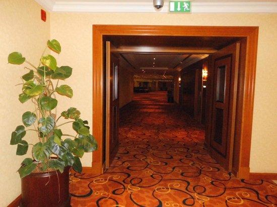 Al Raha Beach Hotel: Großzügiger Flur
