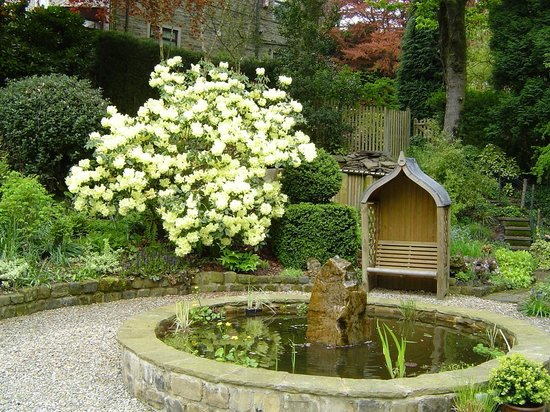 Woodlands Guest House: Spring time by the lily pond with an arbour to sit in!