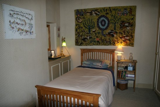 Woodlands Guest House: Our very comfortable ensuite single with a genuine African tapestry