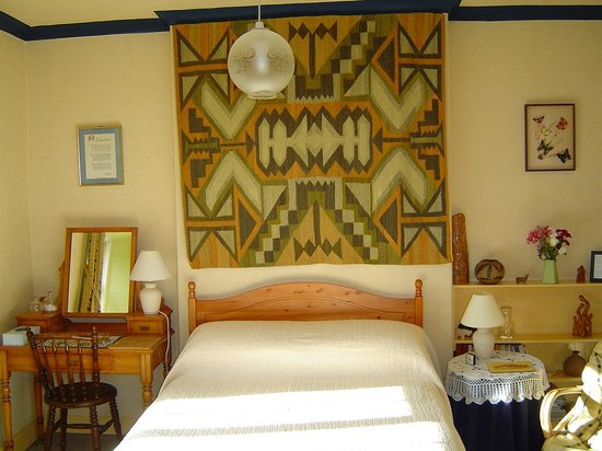 Woodlands Guest House: Our comfortable double bedroom with its ethnic tapestry