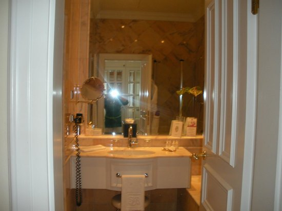Althoff Grandhotel Schloss Bensberg:                   Nice bathroom