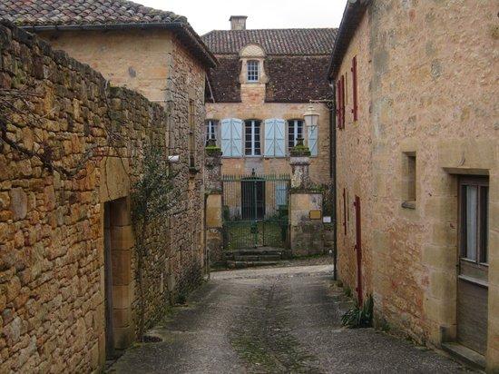 Le Prieure du Chateau de Biron :                   View of Le Prieure from side street