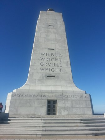 Kill Devil Hills, Carolina del Nord:                   The Wright Brothers monument at the top of the flight path.