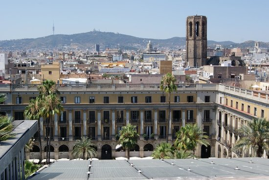 DestinationBCN Apartments & Rooms:                   view of plaza reial
