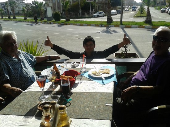 Korner Bar: Ken en Dave samen met Norman een van de leuke obers bij dit restaurant.Volop in de zon in Maart.