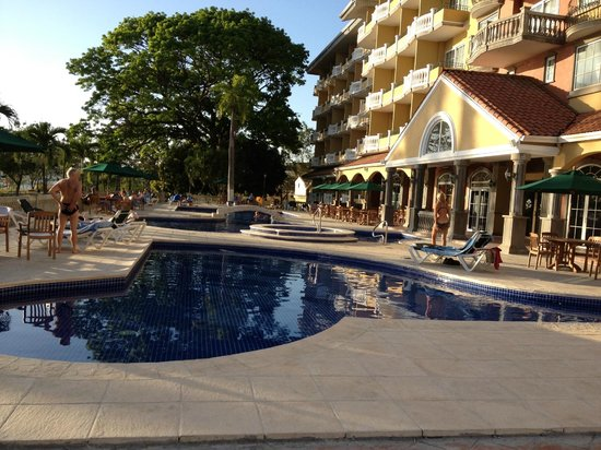 كنتري إن آند سويتس باي كارلسون لانسنج:                                     Country Inn Pool area                                  