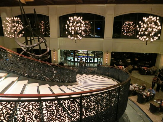 Sofitel Philippine Plaza Manila: grand staircase at the Spiral