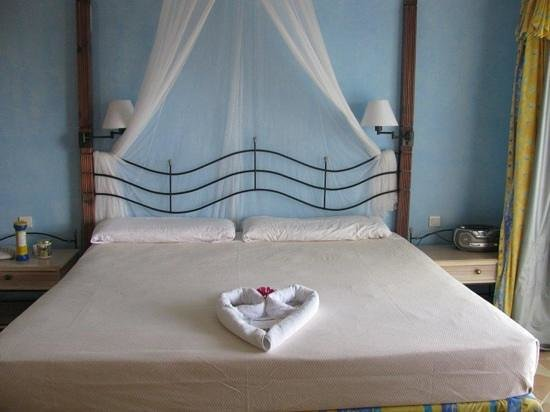 Melia Cayo Santa Maria:                   King size bed in room 0521, with partial ocean view.