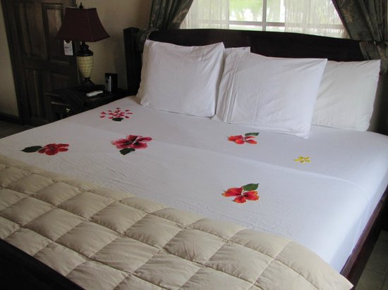 Coco Plum Island Resort:                                     Bed decorated with fresh flowers