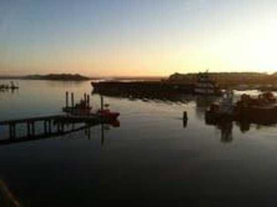 Sandpeddler Inn & Suites: Barge on the waterway at sunrise