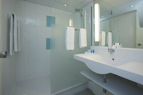 Novotel Maastricht: Bathroom  with shower