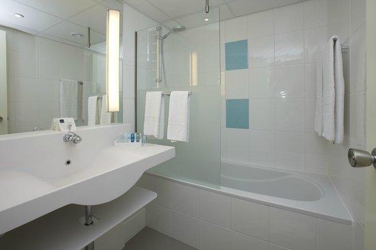 Novotel Maastricht: Bathroom with bath
