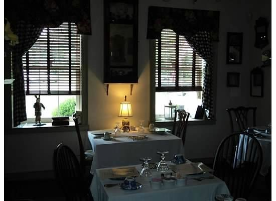Burlington's Willis Graves Bed and Breakfast Inn:                   Dining room - table we sat at