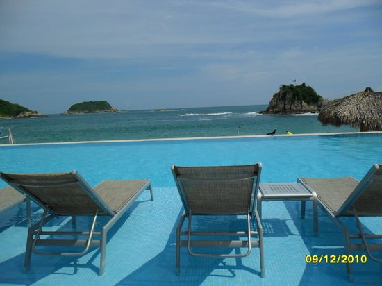 Dreams Huatulco Resort & Spa:                                                                         Middle Pool Area