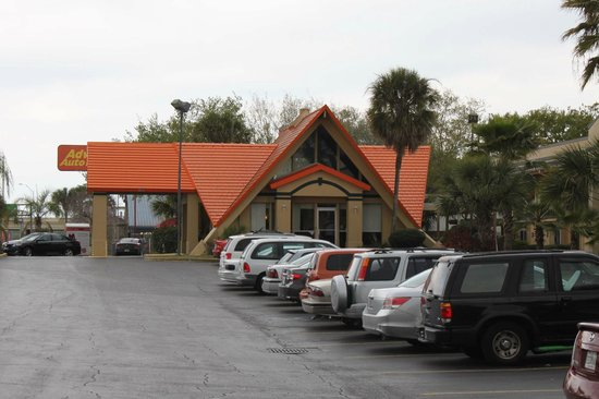 Howard Johnson Express Inn - Tampa North/Busch Gardens:                   Front desk and parking area