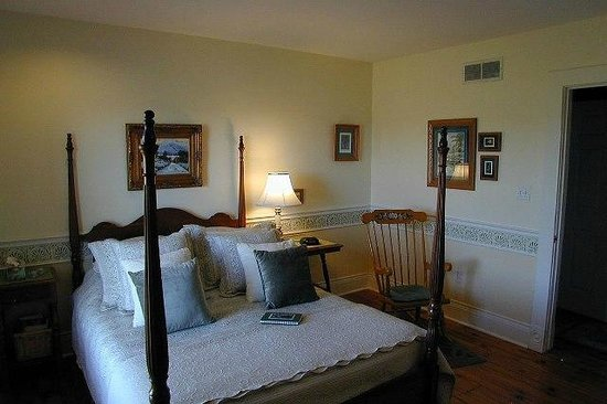 Arcadia House B&B: Orchard View Suite- Queen bed with gorgeous view of orchards and 3 piece ensuite bath..