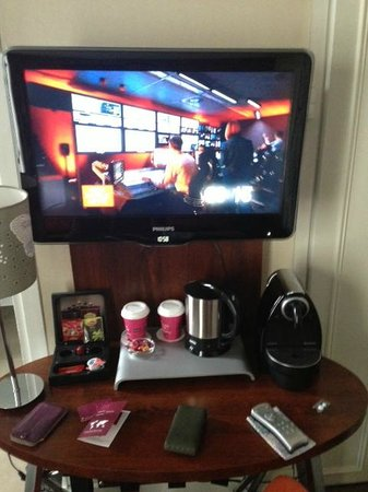 Hotel Royal Madeleine : Really tiny desk with TV directly above
