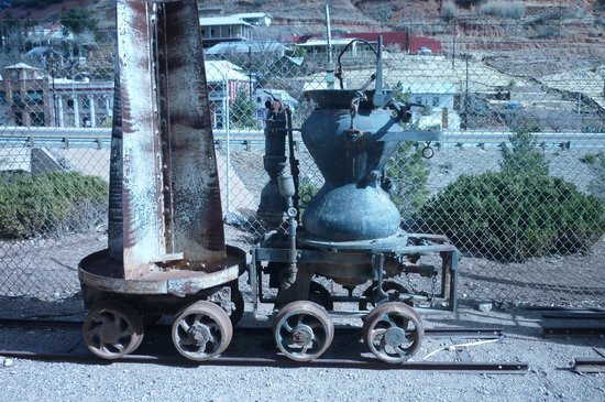 Queen Mine Tours :                   Turn of the century mining equip