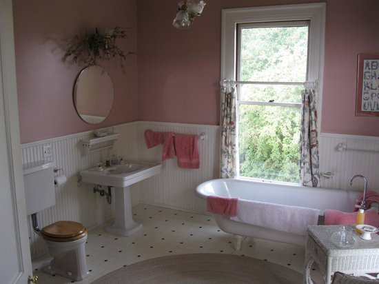 Quimper Inn:                   Michele's Room Bathroom